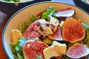 Healthy fig & arugula summer salad