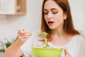 Mindfulness Practitioner and qualified Nutritionist Kirsty Grace gives her top tips on changing your mindset and habits when it comes to food! - Thrive Nutrition and Health Magazine